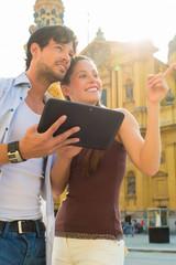Touristen in München mit Tablet Computer