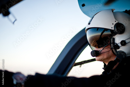 Papiers peints Hélicoptère Pilot im Rettungshubschrauber Hubschrauber Cockpit