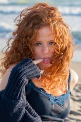 bella ragazza in spiaggia con vestito blu