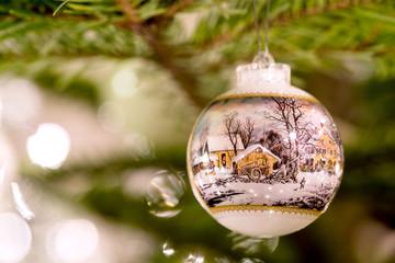 Landschaftskugel am Weihnachtsbaum