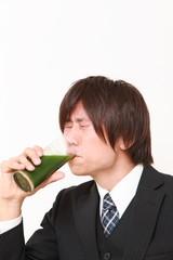 青汁を飲むビジネスマン