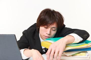 居眠りをするビジネスマン