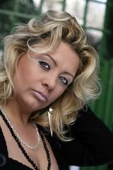 attraktive blonde Frau um die Vierzig