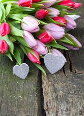 Tulpenstrauß und glitzernde Herzen