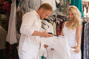 Junges Paar im Sommer Urlaub beim Shopping