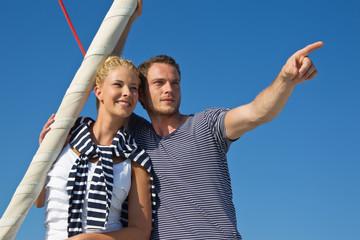 Segelurlaub - Mann und Frau am Meer beim Segeln