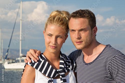 Junges Paar auf der Reise: Segler am Meer mit Sportboot