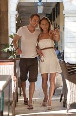 Liebespaar auf Hochzeitsreise: Touristen im Urlaub