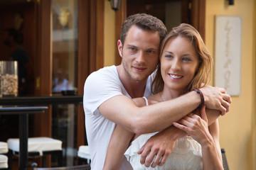 Verliebtes junges Paar auf Hochzeitsreise im Sommer Urlaub