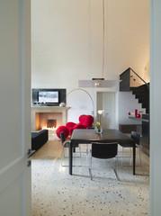 moderna sala da pranzo con camino e tv