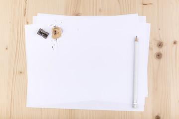 foglio bianco con matita