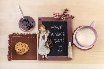 buongiorno con latte, biscotti e marmellata