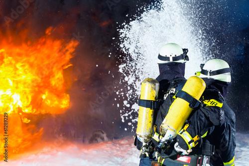 Feuerwehr - Feuerwehrmänner löschen Brand