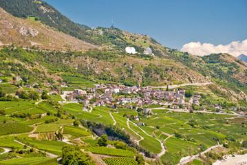 Leuk VS im Rhonetal umgeben von Weinbergen