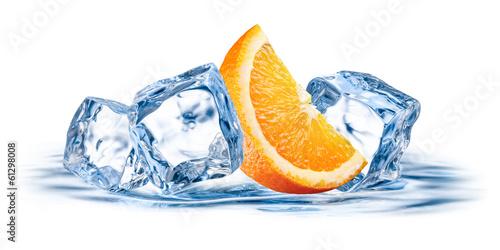 pomaranczowa-owoc-z-lodem-odizolowywajacym-na-bialym-tle