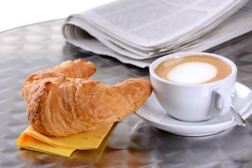 Croissant-Frühstück mit Cappuccino