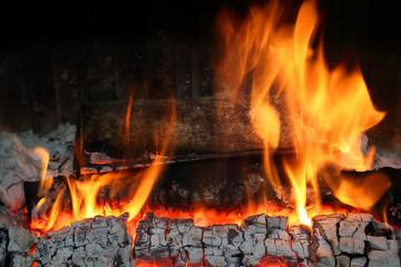 feu de bois dans cheminée ancienne
