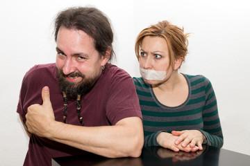 Mann freut sich über Frau mit Redeverbot