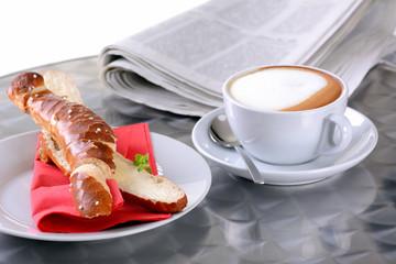 Schnelles Frühstück mit Butter-Laugenstange und Cappuccino