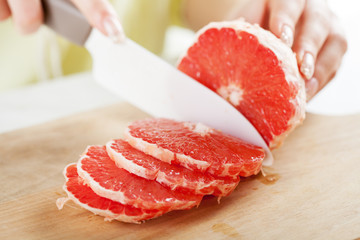 Slicing red Grapefruit