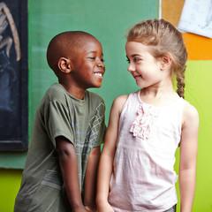 Junge und Mädchen spielen im Kindergarten