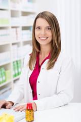 freundliche apothekerin im geschäft