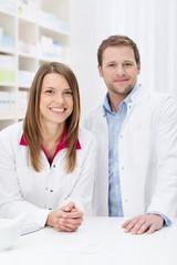 zwei freundliche mitarbeiter in der apotheke