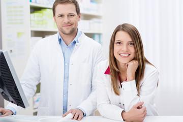 zwei lächelnde apotheker