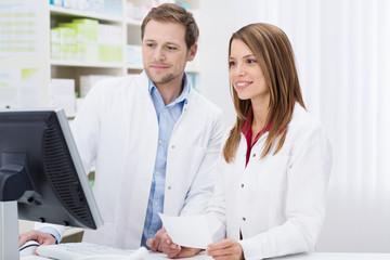 apotheker schauen auf computer