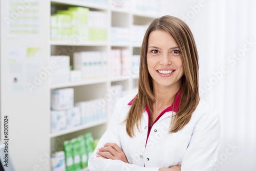 freundliche apothekerin mit verschränkten armen