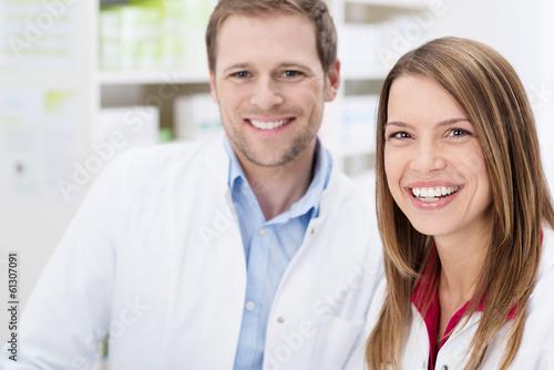 freundliches team in der apotheke - 61307091
