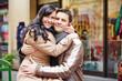 Lachendes Paar vor Schaufenster in Stadt