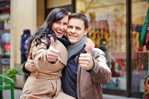 Paar beim Shopping hält Daumen hoch