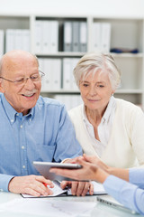 älteres ehepaar informiert sich