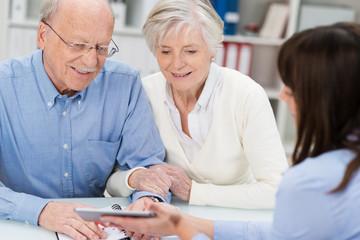 glückliches senioren-paar im beratungsgespräch