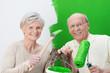 lächelndes älteres paar streicht grün