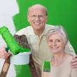 glückliches älteres paar streicht die wohnung