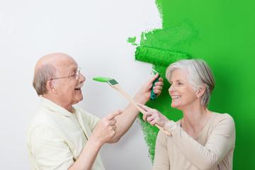 älteres paar hat spaß beim anstreichen