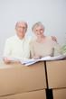 glückliches älteres paar zieht um