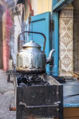 Teekanne in einer Gasse in Marokko