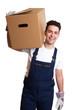 Lachender Möbelpacker mit Kiste auf der Schulter