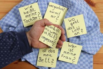 Demenzkranker hält Zettel mit seinen Ängsten