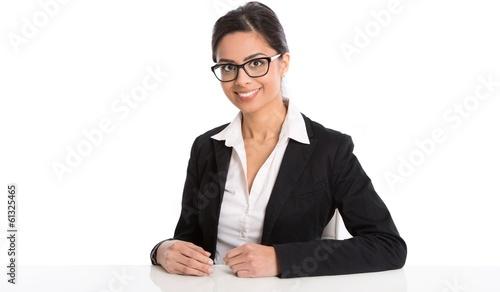 Lachende indische Frau im Business Portrait isoliert