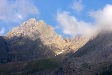 Montaña con sol, sombra y nubes