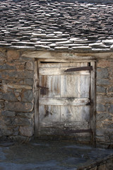 Puerta de corral y techo de pizarra