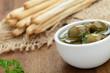 Grissinis mit grünen Oliven