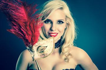 junge blonde Frau mit venezianischer Maske