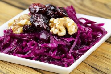 Salat mit Rotkohl, Cranberries und Walnüssen