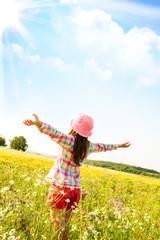 Bambina nel mezzo di un campo
