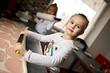 La petite fille de cinq ans à la cuisine